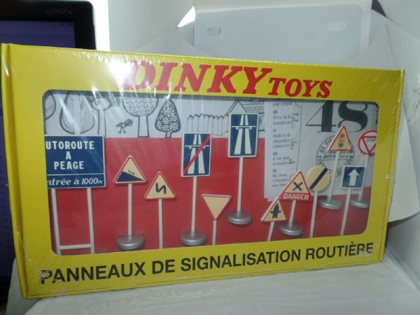 Atlas French Dinky 593 Set of 12 French Road Signs